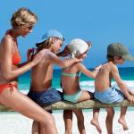 Protegete-del-sol-en-la-playa-con-niños.-Viajacontuhijo.